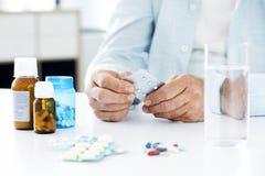 Vieil homme prenant des pilules Photo libre de droits