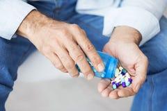 Vieil homme prenant des pilules Photos stock