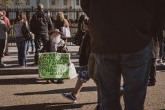 Vieil homme protestant devant la Maison Blanche  photo stock