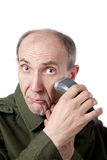 Vieil homme rasant sa barbe avec le rasoir d'isolement en fonction Image stock