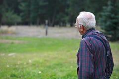 Vieil homme regardant hors fonction Image stock