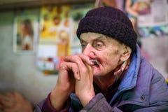 Vieil homme regardant loin Images stock