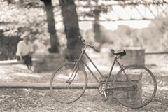 Vieil homme regardant son vélo photographie stock