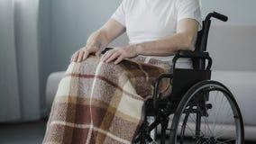 Vieil homme s'asseyant dans le fauteuil roulant au centre de réhabilitation, problème de santé de souffrance Images libres de droits