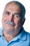 Vieil homme seul avec les cheveux et la moustache gris Image libre de droits