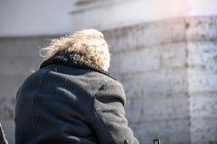 Vieil homme seul dans un fauteuil roulant sur la rue la vue du photo stock