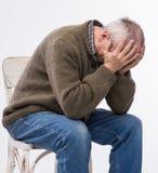 Vieil homme souffrant d'un mal de tête Photo stock