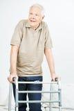 Vieil homme supérieur avec le marcheur Photos libres de droits