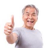 Vieil homme supérieur de sourire montrant le pouce vers le haut du geste photographie stock libre de droits