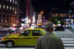 Vieil homme sur Fukuoka sur la rue la nuit photos stock