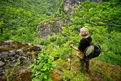 Vieil homme sur la montagne Images stock