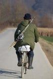Vieil homme sur le vélo Images stock