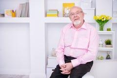 Vieil homme sur un sofa Photos libres de droits
