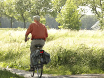 Vieil homme sur un vélo Image stock