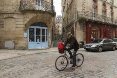 Vieil homme sur un vélo dans la ville française du Bordeaux Image stock