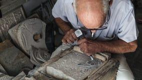 Vieil homme travaillant dans l'ouvrage en pierre photographie stock libre de droits