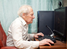 Vieil homme travaillant sur l'ordinateur Photo libre de droits