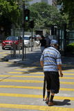 Vieil homme traversant la route Photographie stock libre de droits