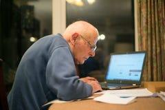 Vieil homme utilisant un ordinateur, Hampshire, Angleterre, U k photographie stock libre de droits