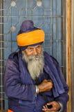 Vieil homme visitant le temple sikh de Gurdwara photographie stock