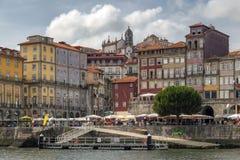 Vieil horizon de ville de l'autre côté de la rivière de Douro Photos libres de droits