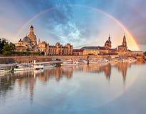 Vieil horizon de ville de Dresde, Allemagne avec l'arc-en-ciel Image libre de droits