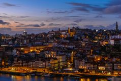 Vieil horizon de ville de Porto, Portugal de l'autre côté de la rivière de Douro images stock