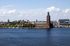 Vieil horizon de ville sur l'eau bleue sous le ciel bleu Image stock