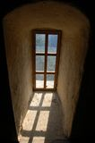 Vieil hublot au château de Dracula Photographie stock