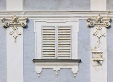 vieil hublot d'obturateurs de façade fermée Photos stock