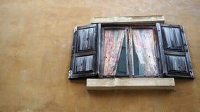 Vieil hublot Hublot d'une vieille maison en bois photo stock