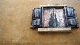 Vieil hublot Hublot d'une vieille maison en bois image libre de droits