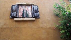 Vieil hublot Hublot d'une vieille maison en bois images stock