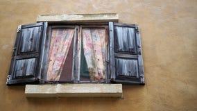 Vieil hublot Hublot d'une vieille maison en bois photo libre de droits