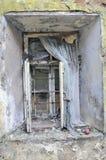 Vieil hublot dans la maison cassée Photo stock