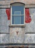 Vieil hublot dans la vieille construction Images stock