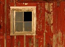 Vieil hublot de grange sur le mur rouge images stock