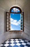Vieil hublot grand ouvert dans le château Photos stock