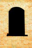 Vieil hublot noir avec le fond rouge de mur de briques Photos libres de droits