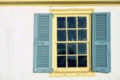Vieil hublot sur la maison historique Photos stock