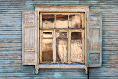Vieil hublot sur un mur Photo stock