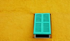 Vieil hublot sur un mur photos stock