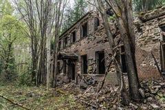 Vieil immeuble de brique abandonné et dacayed en Suède Photos stock