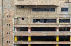 Vieil immeuble de brique avec le parking Photos libres de droits