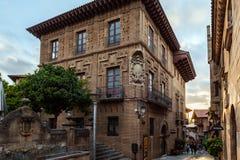 Vieil immeuble de brique de vintage au village espagnol à la ville de Barcelone, Catalogne, Espagne Photos stock