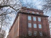Vieil immeuble de brique rouge avec la corniche décorative Image libre de droits