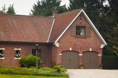 Vieil immeuble de brique rouge avec un toit carrelé en Belgique image libre de droits