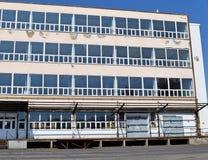 Vieil immeuble de bureaux abandonné Photographie stock libre de droits