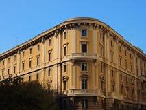 Vieil immeuble faisant le coin avec le ciel bleu Images libres de droits