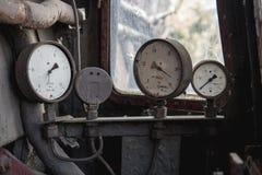 Vieil indicateur de la pression trois cassé à un vieux pétrole et gaz abandonnés image libre de droits